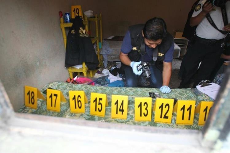 Fiscales del MP recolectan evidencias en el cuarto donde tenían retenida a la menor, en San Miguel Petapa. (Foto Prensa Libre: Érick Avila)