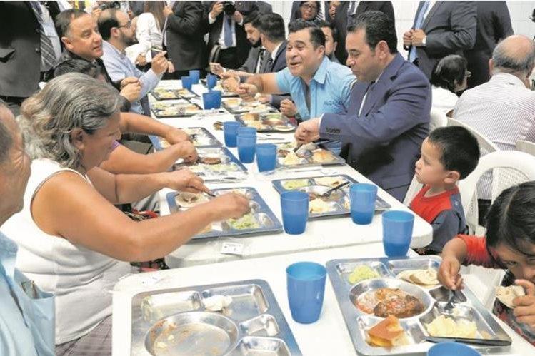 El presidente Jimmy Morales asiste a la inauguración de comedores sociales y se sienta a la mesa para comer con algunos de los beneficiados. Foto: Hemeroteca PL