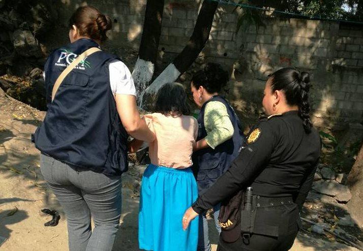 A la mujer se le diagnosticó desnutrición y tenía señales de posible maltrato físico. (Foto Prensa Libre: Mario Morales)
