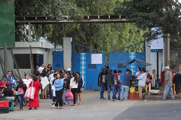 Familias afuera del penal, el domingo, en espera de noticias de los reos. (Foto Prensa Libre: Hemeroteca PL)