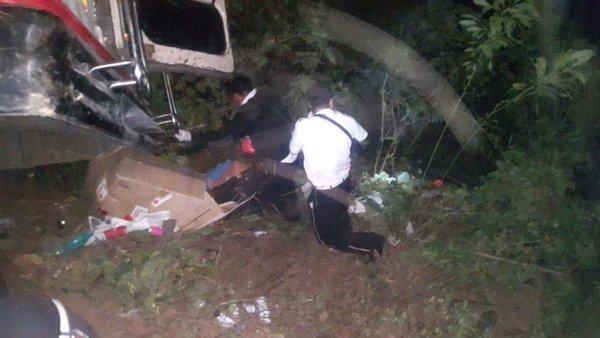 Los socorrists trasladaron a 14 personas heridas de un accidente vial en el kilómetro 173 de la ruta Interamericana. (Foto Prensa Libre: Bomberos Voluntarios)