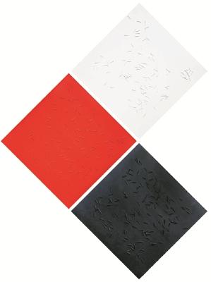 Alejandro Noriega presenta Conflicto, una obra de arte conceptual que tiene elementos minimalistas. La pieza tiene clavos sobre tres colores que representan lo bueno —blanco—, lo malo —lo negro— y  la sangre —lo rojo—.