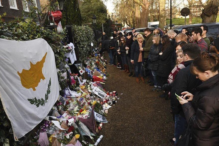 Varias personas depositan flores y mensajes a las puertas de la residencia del cantante británico George Michael. (Foto Prensa Libre: EFE)