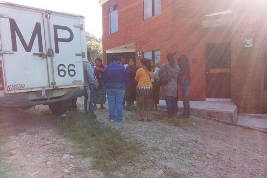 Peritos del Ministerio Público recaban evidencias en vivienda donde fue localizado el cadáver de una menor degollada. (Foto Prensa Libre: Hemeroteca PL).