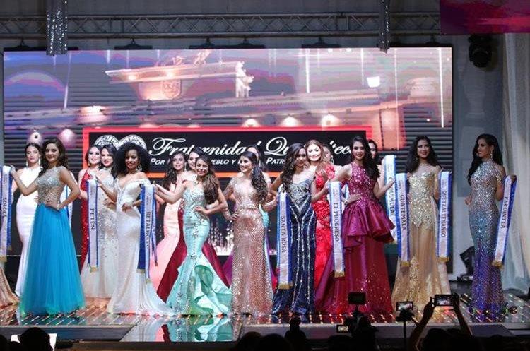 Las 20 aspirantes a la corona lucieron vestidos elegantes en el Teatro Municipal de Quetzaltenango. (Foto Prensa Libre: Raúl Juárez)
