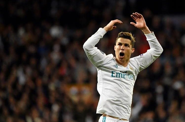 Ronaldo anima al público después de conseguir el gol merengue.
