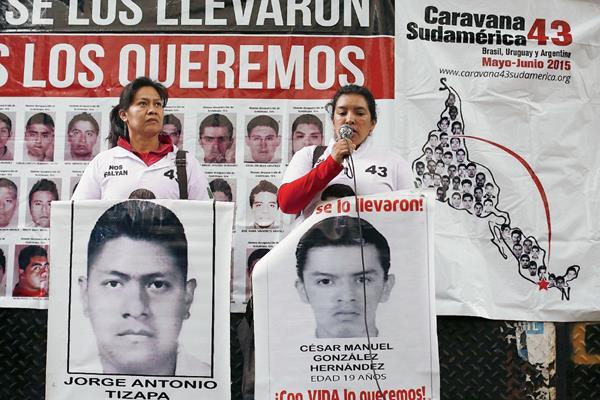 """Mujeres miembro  de la """"Caravana 43 Sudamérica"""", compuesta por familiares de los 43 estudiantes mexicanos desaparecidos de Ayotzinapa.(Foto Prensa Libre:EFE)."""