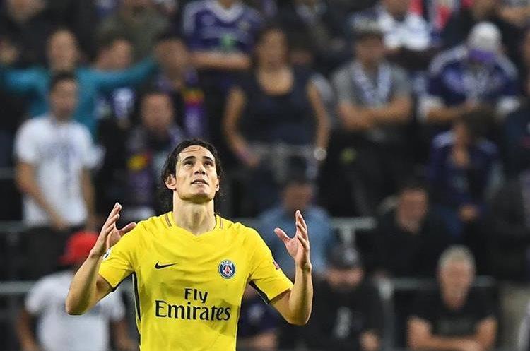 Edinson Cavani celebra después de anotar el 2-0 parcial del PSG contra el Anderlecht, el partido terminó 4-0 en favor de los parisinos. (Foto Prensa Libre: AFP)