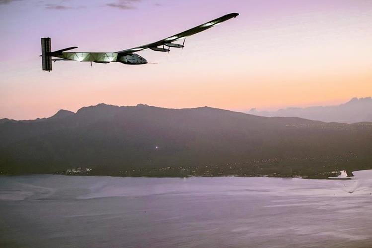 El avión Solar Impulse II mientras se aproxima al aeropuerto de Kalaeloa con Andre Borschberg a los controles en Oahu, Hawai,Estados Unidos. (Foto Prensa Libre:EFE).