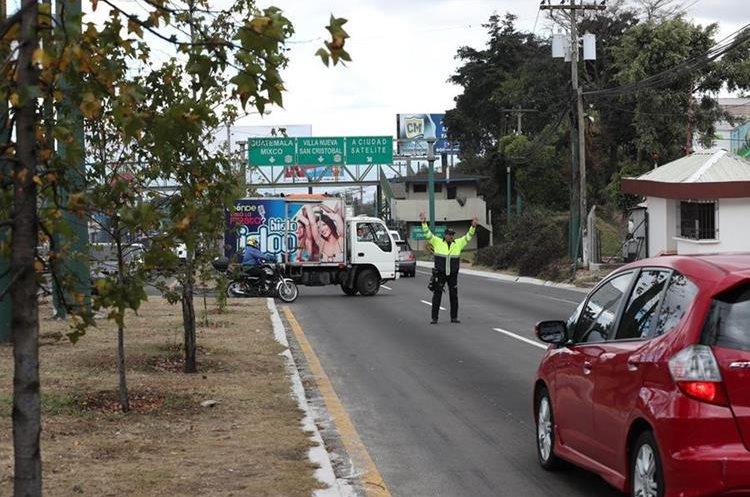 La Policía Municipal de Tránsito de Mixco detiene el tráfico en la ruta Interamericana, para darle vía a los automovilistas que se dirigen a Ciudad Satélite, zona 9 de Mixco. (Foto Prensa Libre: Óscar Felipe Quisque)