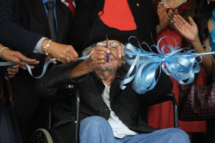 El nicaragüense Ernesto Cardenal corta el listón inaugural de la FILIJC, este miércoles, en el Parque de la Industria (Foto Prensa Libre: José Andrés Ochoa).