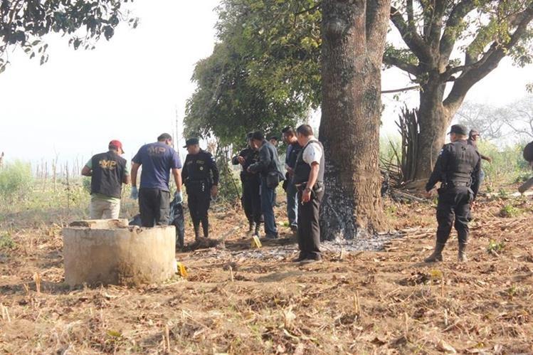 Agentes policiales recaban evidencias en lugar donde matan a hombre, en Zaragoza, Chimaltenango. (Foto Prensa Libre: Víctor Chamalé)