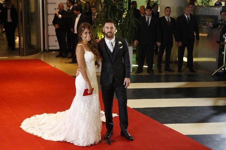 El jugador argentino Lionel Messi y su esposa Antonella Rocuzzo posan después de la ceremonia nupcial (Foto Prensa Libre: EFE/David Fernández