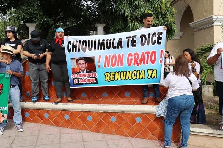 En Chiquimula varios adultos portaron pancartas con mensajes hacia el mandatario.(Prensa Libre: Mario Morales)