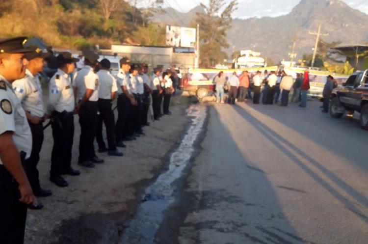 Agentes de la PNC vigilan el desarrollo de la manifestación. (Foto Prensa Libre: Mike Castillo)