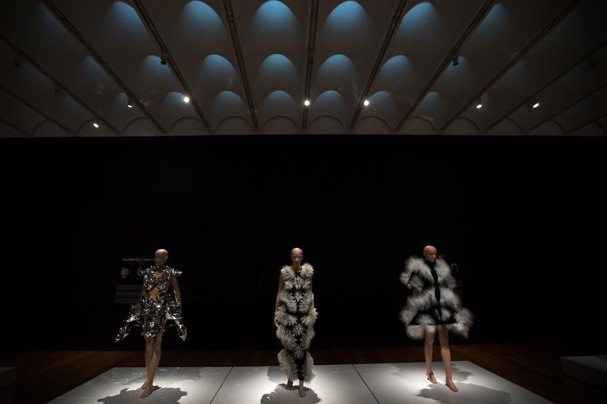 Iris Van Herpen presenta 45 piezas de las 15 colecciones que ha creado desde el 2008. (Foto Prensa Libre: AP).
