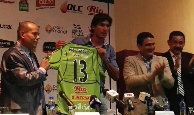 Sebastián Abreu usará el dorsal 13 con el Santa Tecla, de El Salvador. (Foto Prensa Libre: tomada de La Prensa Gráfica)