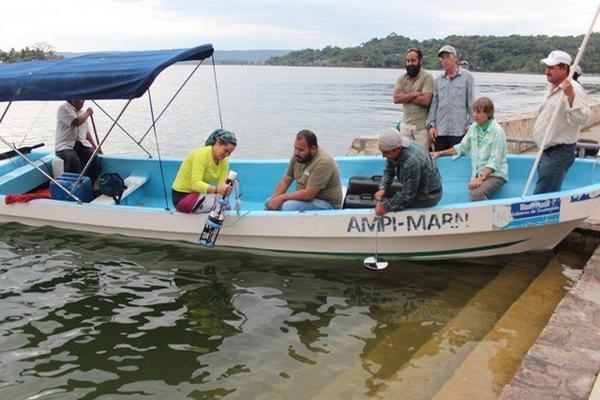 Investigadores acuáticos de universidades guatemaltecas y de Estados Unidos verifican la calidad del agua del lago Petén Itzá, en Petén.(Foto Prensa Libre: Rigoberto Escobar)