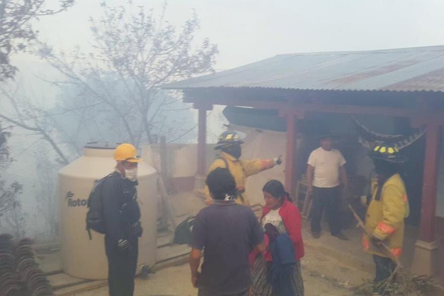 Socorristas y alcaldes auxiliares dialogan con personas para que desalojen sus viviendas. (Foto Prensa Libre: Óscar Figueroa)