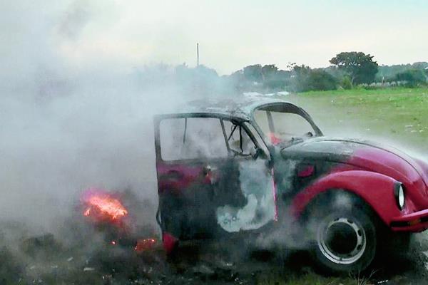 Vehículo donde una persona aprendía a conducir es consumido por las llamas, en Coatepeque, Quetzaltenango. (Foto Prensa Libre: Alexander Coyoy)