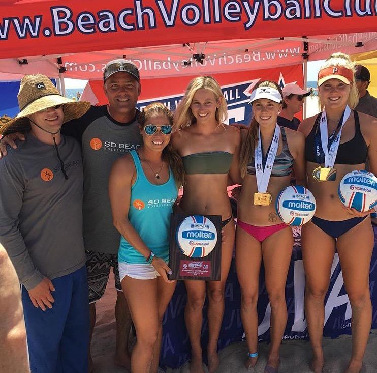 La atleta nacional junto al grupo del club San Diego Beach Volleyball.