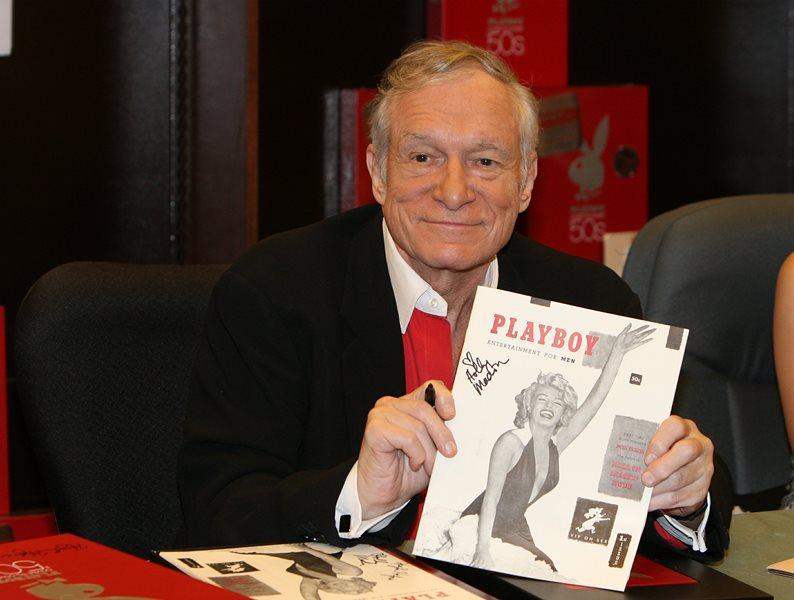 Hugh Hefner durante la presentación de un  calendario de Playboy en el 2007. (Foto Prensa Libre: AP)