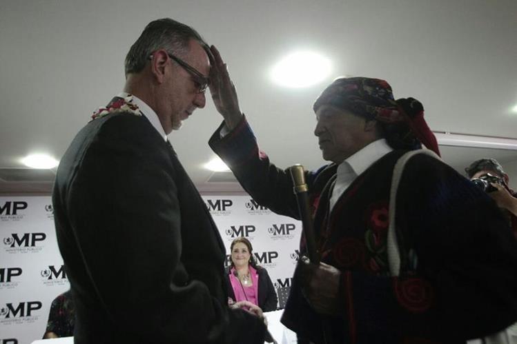 Autoridades indígenas de Chichicastenango, Quiché muestran su respaldo a los jefes de Cicig y MP. (Foto Prensa Libre: Érick Ávila)