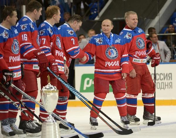 El presidente ruso Vladimir Putin saluda a jugadores rusos del deporte hockey en la liga estadounidense contra funcionarios y magnates rusos.