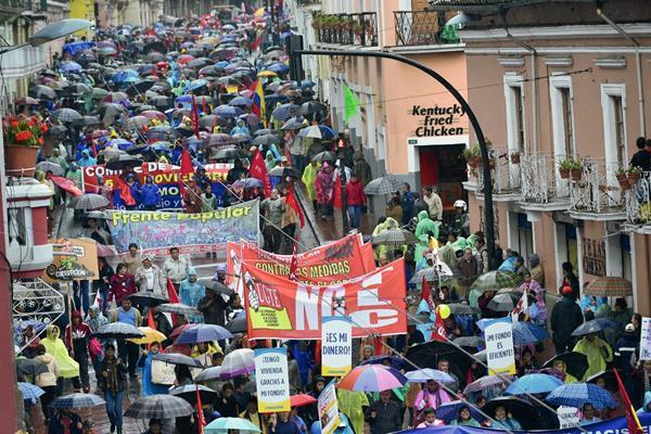 Multitudinaria protesta denuncia atropellos del gobierno ecuatoriano, en Quito. (Foto Prensa Libre: AFP)