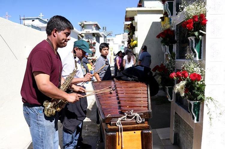 Con música de marimba recuerdan a difuntos en Huehuetenango