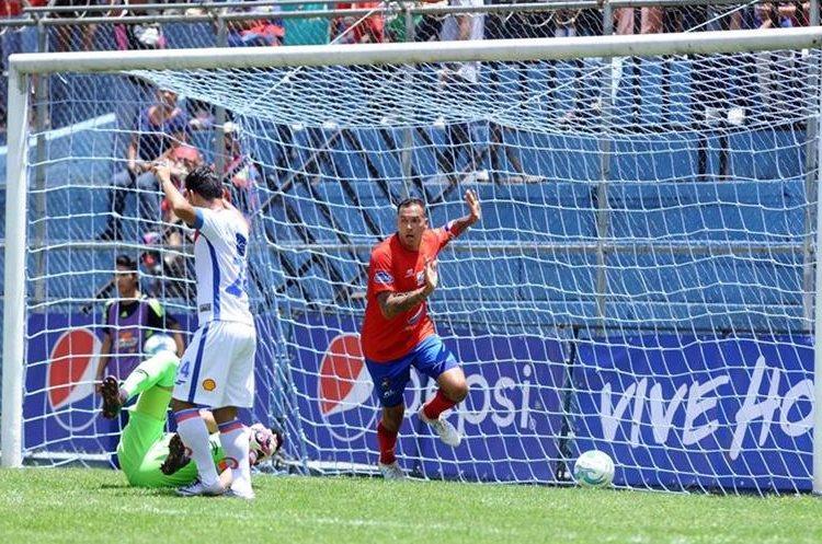 El panameño Blas Pérez anota un gol invalidado por el árbitro Armando Reyna. (Foto Prensa Libre: Francisco Sánchez)