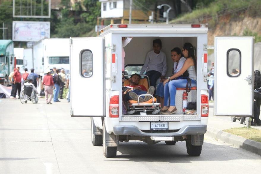 La ambulancia que trasladaba a un enfermo no logró pasar en lugar del bloqueo. (Foto Prensa Libre: Esbin García)