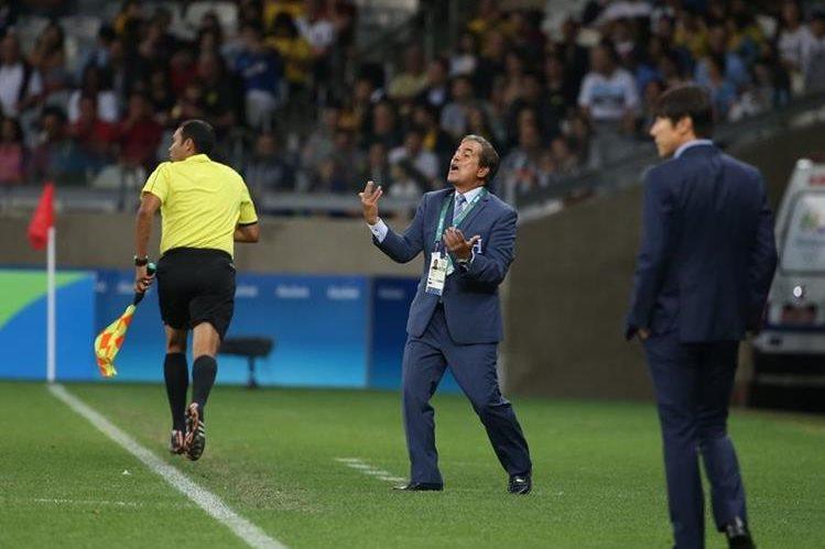 El técnico Jorge Luis Pinto entregó la lista de los hondureños para el partido del 2 de septiembre contra Canadá. (Foto Prensa Libre: AP)