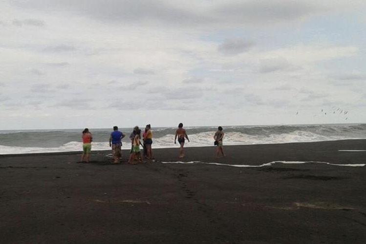 Familiares de los hermanos realizan una búsqueda superficial en el mar. (Foto Prensa Libre: Enrique Paredes)