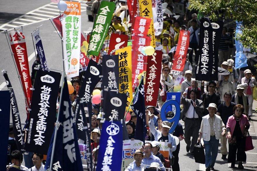 En Japón, varios manifestantes llevan pancartas y corean consignas durante una marcha convocada para celebrar el Día Internacional de los Trabajadores en Tokio. (Foto Prensa Libre: EFE).