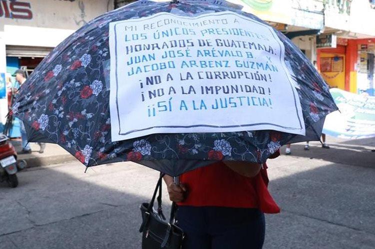 Pancartas durante el desfile en Mazatenango.(Prensa Libre: Cristian Soto)