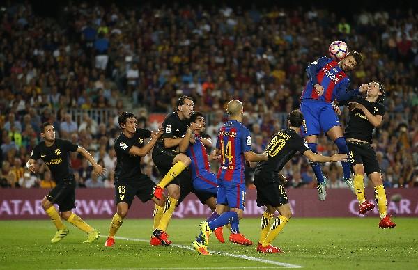 El Barcelona y el Atlético no pudieron conseguir el triunfo para sus equipos. (Foto Prensa Libre: AP)