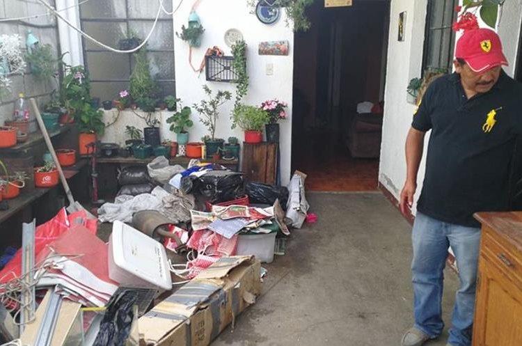 Francisco Sales inició la evacuación de una parte de su casa que podría estar en riesgo por el derrumbe. (Foto Prensa Libre: Estuardo Paredes)