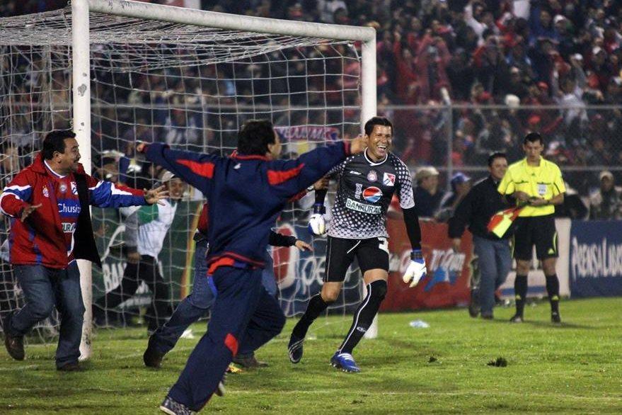 Cuerpo técnico y aficionados festejaron cuando Patterson atajó los penaltis a los rojo. (Foto Prensa Libre: Carlos Ventura)