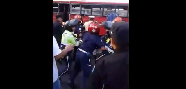Bomberos Municipales, Voluntarios, agentes de tránsito de Mixco y Guatemala, entre golpes y empujones se disputan el auxilio a un herido de bala. (Foto Prensa Libre: KimboKrazyMusic)