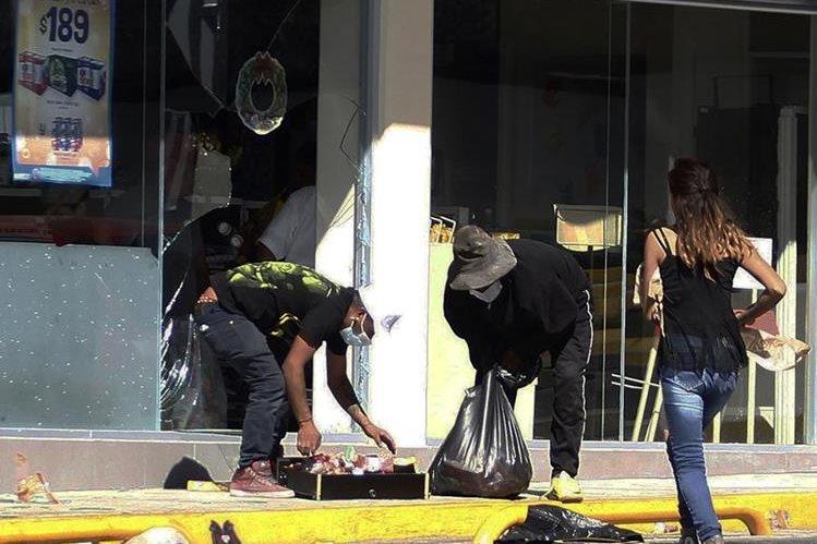 Un grupo de personas saquean tiendas en el municipio de Actopan, del estado de Hidalgo, México. (Foto Prensa Libre: EFE).