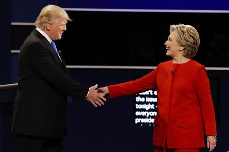 Saludo entre Hillary Clinton y Donald Trump al empezar el debate. La candidata demócrata pudo extender más el brazo que su oponente lo que demuestra fortaleza, según analista. (Foto Prena Libre: AP).