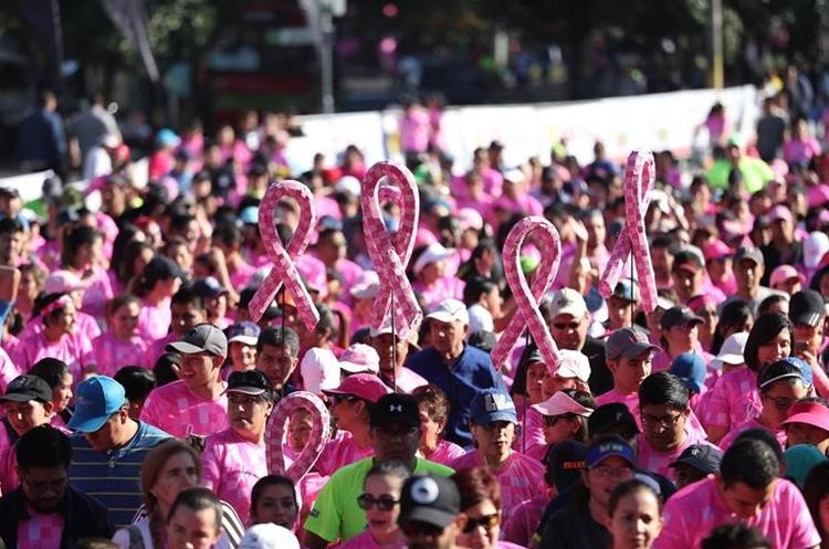 Hombres y mujeres participaron en la camina que se realizó en el Obelisco, en la ciudad capital.