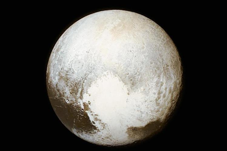 Fotografía tomada de Plutón por la sonda New Horizons. Cráteres de este planeta llevarán el nombre de dos deidades del Popol Vuh.