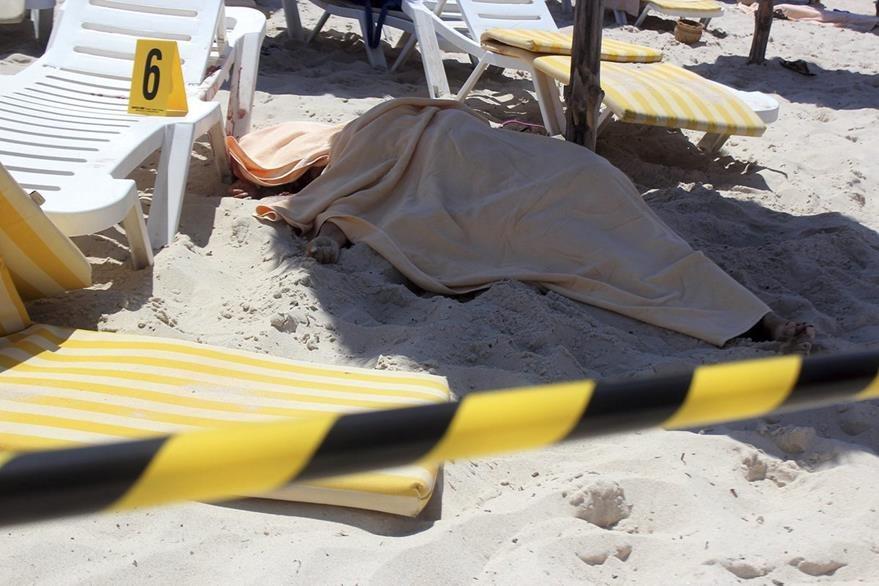 El cuerpo de una de las víctimas del ataque terrorista los hoteles de Susa, Túnez. (Foto Prensa Libre: EFE).