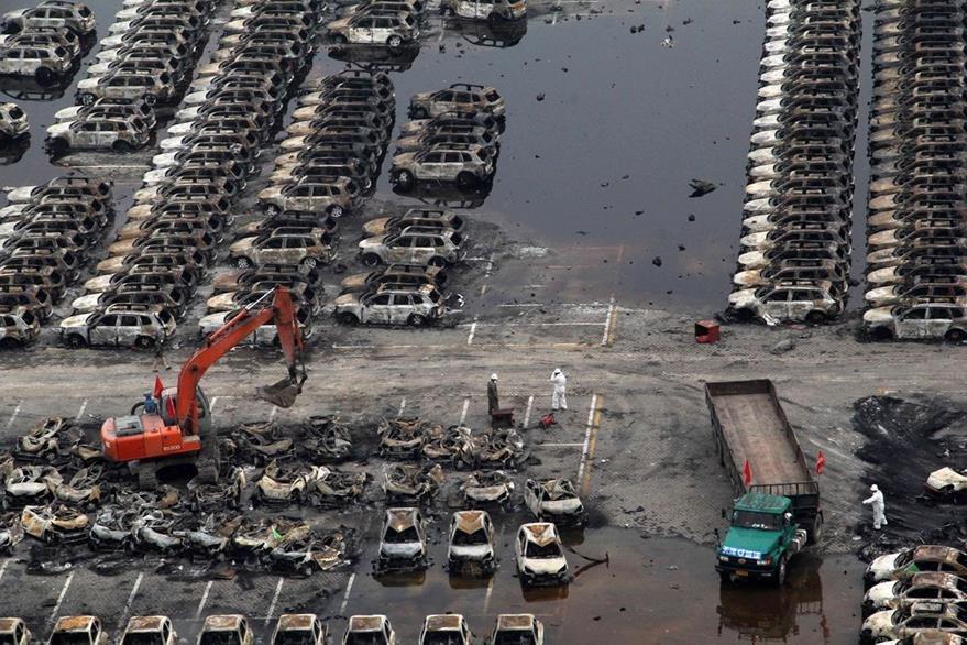 Vehículos quemados se observan en la imagen después de las explosiones de este viernes. (Foto Prensa Libre: AFP).