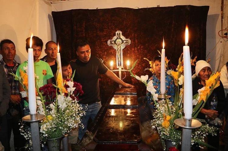 Los restos de Concepción Hernández son velados en  San Pedro Las Huertas, Antigua Guatemala. (Foto Prensa Libre: Julio Sicán)