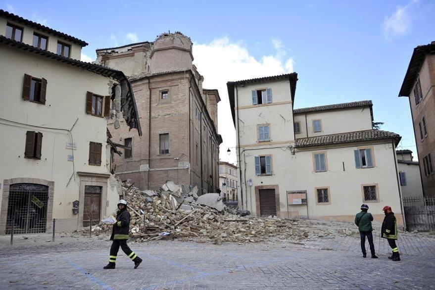 Bomberos inspeccionan una vivienda dañada en Camerino, Italia. (Foto Prensa Libre: EFE).