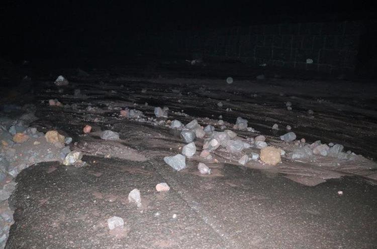 Material volcánico y rocas cubren el asfalto en la Ruta Nacional 14. (Foto Prensa Libre: Carlos Paredes)
