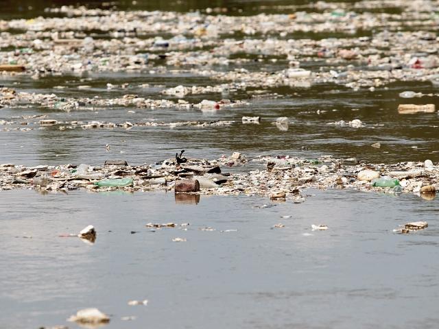 El río Motagua ha sido motivo de polémica por los niveles de contaminación producto de los desagües de varios municipios, incluyendo la capital. (Foto Prensa Libre: Hemeroteca PL)